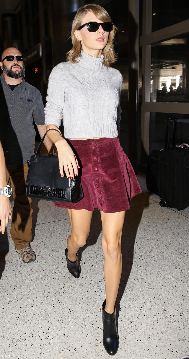 Taylor Swift világos színű garbóval kombinálta a bordó szoknyát Los Angelesben.