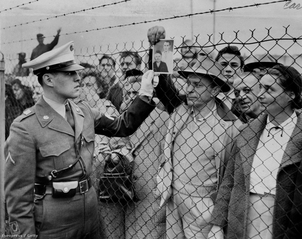 A magyar menedékkérőket nem csak az osztrákok segítették, Svédország, Franciaország, Svájc, Németország, Belgium, Hollandia például vonatokat küldött a magyar-osztrák határra. Az Egyesült Államokba érkező magyar menedékkérőket először a New Jersey államban található Kilmer táborban szállásolták el. A fotó is ott készült, amin egy Vestesy vezetéknevű magyar férfi az anyjáról és bátyjáról készített fotót mutat az egyik őrnek. A Kilmer után nagyon sokan aztán nem is mentek messzire, a szintén New Jersey-beli New Brunswickban telepedtek le, ahol már az első világháború óta nagyobb magyar kolónia élt.