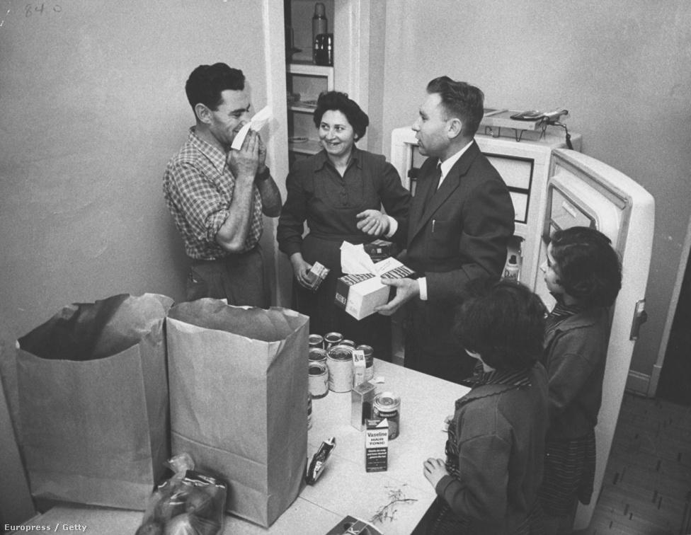 """Csillag Pál és családja a 35 ezer magyar között volt, akik az 1956-os forradalom idején érkeztek az Egyesült Államokba. A következő hét fotón az ő történetük látható, ez a darab első amerikai soppingolásukat követően készült. Plusz érdekesség, hogy a képügynökség hivatalos képaláírásában az a lenéző szöveg szerepel, hogy """"Csillag Pál magyar menekült és családja felfedezi a papírzsepkendő használatát""""."""