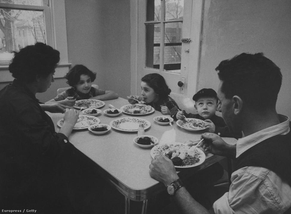 Vacsorázik a Csillag-család.
