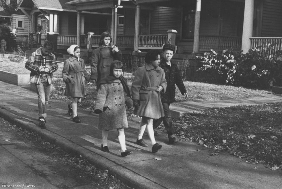A két Csillag-kislány, Irén és Paula első napja az amerikai iskolában.