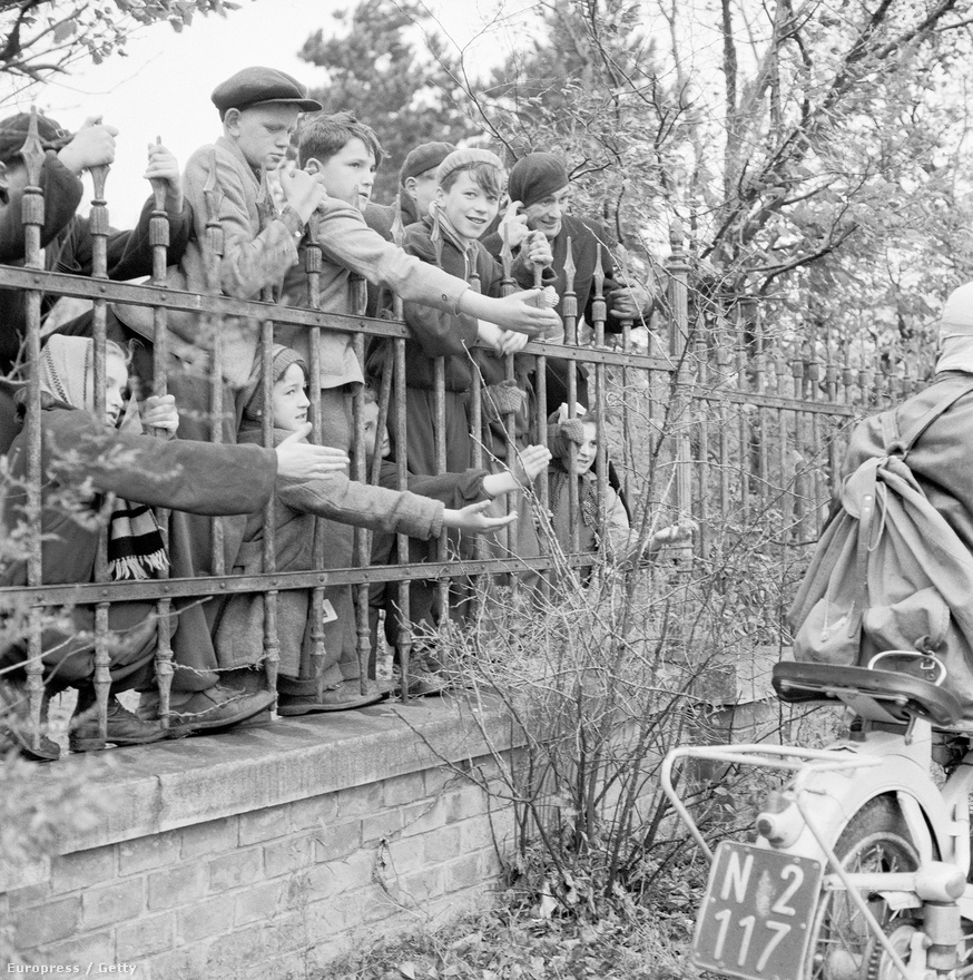 Az osztrák szövetségi kormány már az 1956. október 28-i rendkívüli minisztertanácsi ülésendöntött: minden magyarnak menedékjogot ad, bármi legyen is menekülésük indítéka. Megállapodtak, hogy az osztrák határt átlépő katonai személyeket lefegyverzik, a menekülteket pedig táborban helyezik el. A fotón magyar menekült gyerekek láthatóak az egyik osztrák táborban.