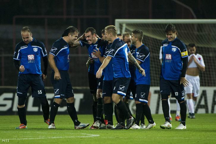 A gólszerző kozármislenyi Kirchner Krisztiánt ünneplik csapattársai a labdarúgó Magyar Kupa nyolcaddöntőjében vívott Budapest Honvéd - Kozármisleny találkozón a kispesti Bozsik Stadionban 2015. október 28-án.