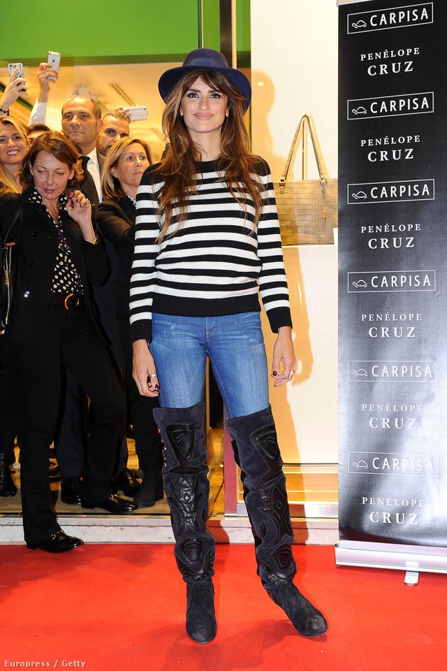 Penelope Cruzt Milánóban kapták lencsevégre csíkos kötött pulóverben, farmerben és hosszú szárú farmerben.