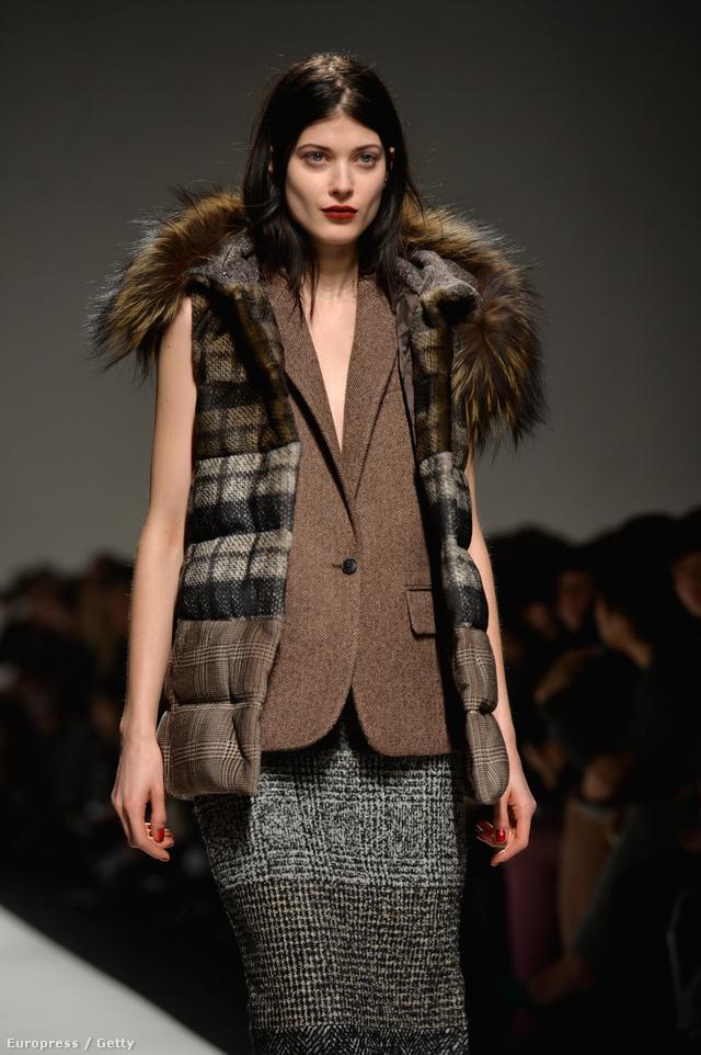 Ujjatlan tweed zakó és kockás pufi mellény a Max Mara milánói bemutatóján.