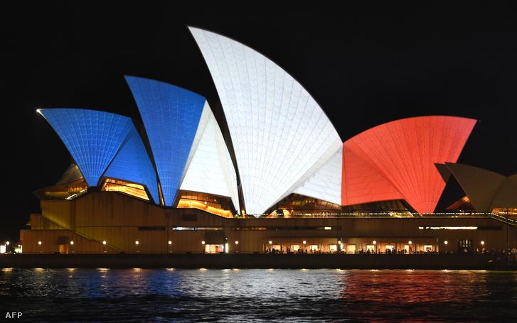 A Sydney-i Operaház francia nemzeti színűre világítva, 2015. november 14-én.