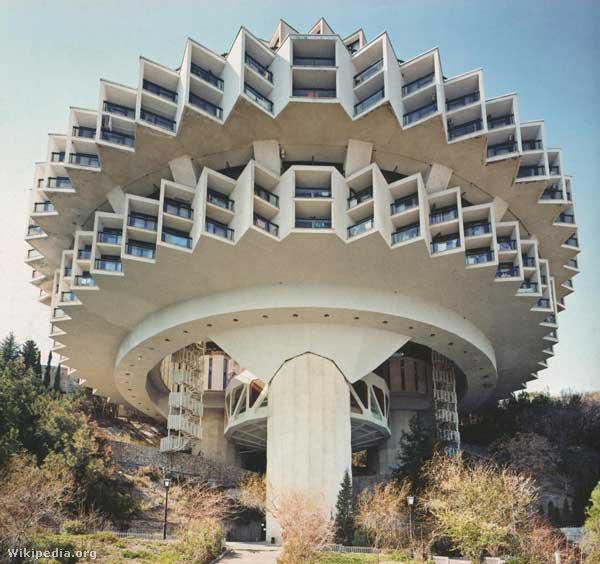 Az ukrajnai Druzsbában (Barátságot jelent) található rekreációs és szabadidő központot Igor Vasilevsky tervezte 1984-ben.