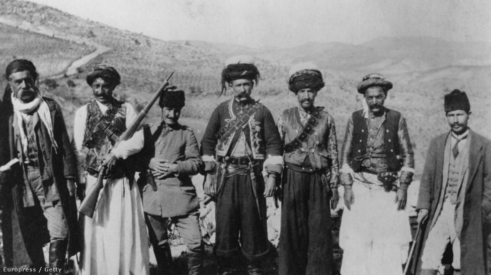 """A kurdok valószínűleg évezredek óta élnek a Termékeny Félhold peremvidékén, de csak ritkán tűntek fel a történelem fősodrában: valószínűleg a keleti forrásokban elmített """"gurtu"""", """"gardu"""" népnevek az őseikre utalnak, és az is szinte biztos, hogy Xenophón lenyűgöző katonai emlékiratában leírt harcias """"karduchoi"""" törzs is a kurdokhoz köthető. A Közel-Kelet azonban mindig is mozgalmas vidék volt, ezért a mai kurdoknak etnikailag és kulturálisan nagyon kevés köze lehet a 2-3000 évvel ezelőtti őseikhez. Van, ami azonban minden kurdot összeköt: az indoiráni eredetű közös nyelv - és a közös sors: a hontalanság."""