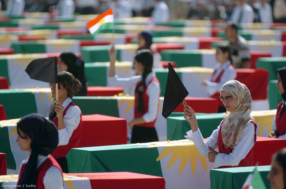 """A határok mentén élő kurdok voltak a legnagyobb vesztesei az elmúlt évszázadok összes arab-perzsa háborújának. Az 1980 és 1988 között zajló iraki-iráni háborúban mindkét fél felhasználta a saját kurd kisebbségét arra, hogy a határ túloldalán zavart idézzen elő. Az eredmény: az """"áruló"""" kurdok szisztematikus kitelepítése, majd kiirtása a határ mindkét oldalán."""