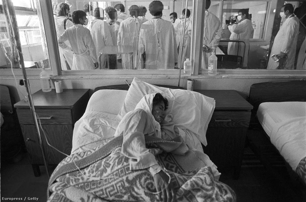 A hisztéria betetőzéseképp Szaddam Husszein 1988-ban a százezres Halabzsa határvárost szarinnal és ideggázzal árasztotta el. Tízezer ember azonnal meghalt, több ezren pedig a brutális utóhatásoknak estek áldozatul. Ez volt a világtörténelem legnagyobb, civilek ellen elkövetett vegyifegyver-támadása.