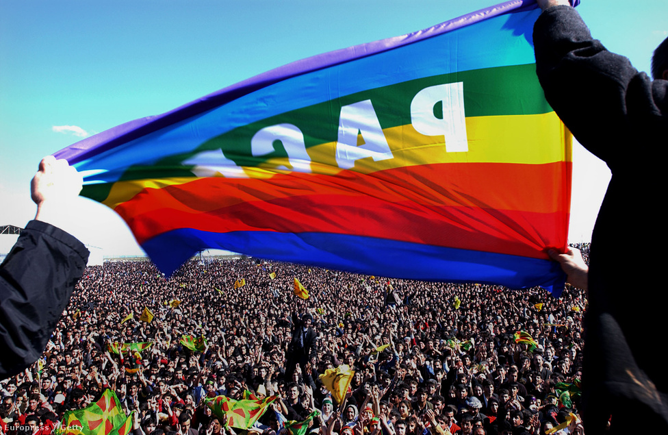 Ezek a hagyományok gyakran modern politikai törekvésekkel is átszövődnek. A kurdok egyik legnagyobb ünnepe a tavaszi napéjegenlőséget ősi perzsa módra tüzekkel, tánccal és színpompával köszöntő Nawroz. Ez a tömeg a 70 százalékban kurdok által lakott 600 ezres törökországi Diyarbakirban (ha már ennyi kurd lakik ott, akkor álljon itt a kurd neve is: Amed) gyűlt össze, és nem csak a tavaszt, de a kurd tavaszt is ünnepli.