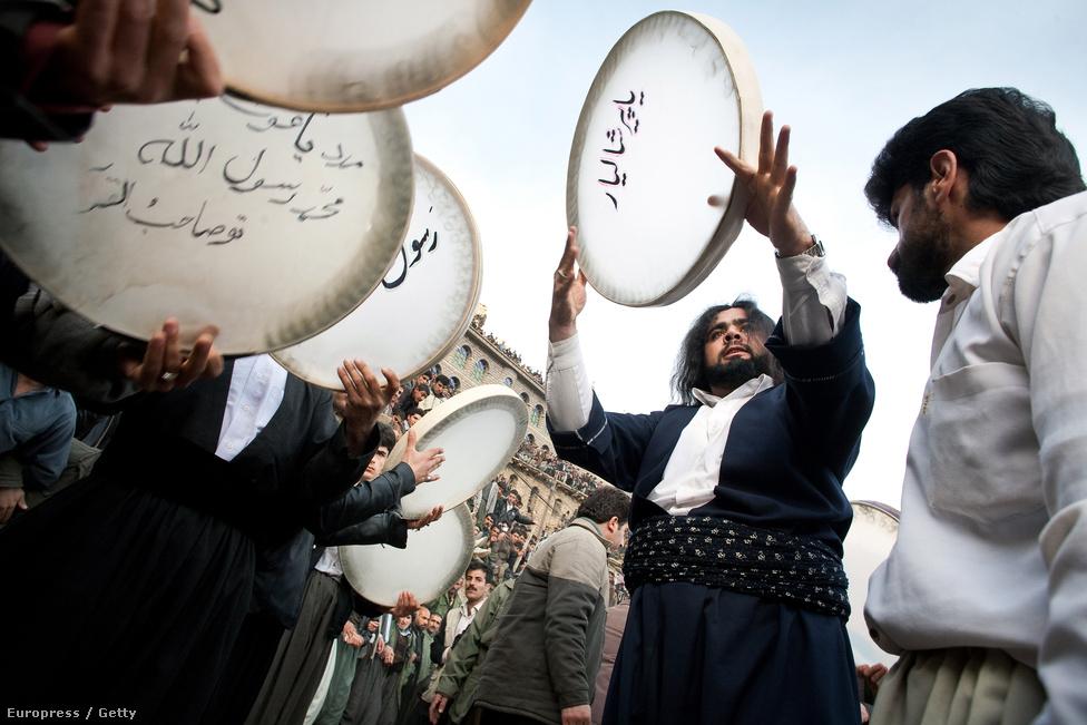 A tavasz után a tél: az évente kétszer tartott, ősi zoroasztriánus beütéssel bíró Pir Shahriar nevű ünnepet össznépi dobolás és dervistánc kíséri a világ egyik legszebb fekvésű városában, az iráni Oraman Takht-ban.