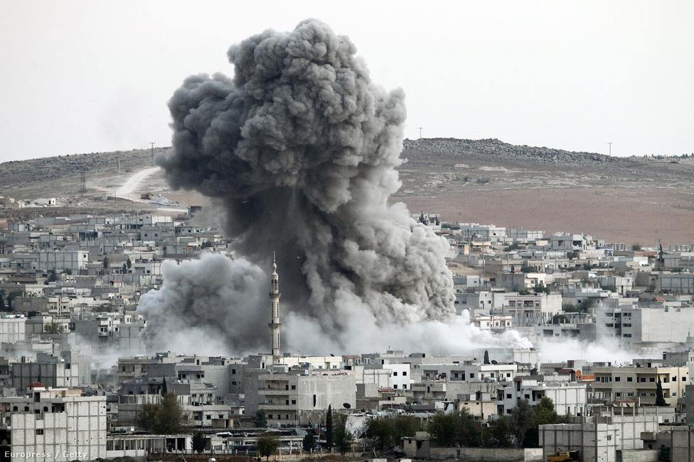 """A hitetlenkedő amerikai vezérkar már le is írta a török határnak támaszkodó várost, a szír ellenzékiekkel kiegészült kurd egységek azonban szívósan védekeztek, és 2015 januárjára a szövetségesek is összekapták magukat: pusztító légicsapásokkal egyengették a Népi Védelmi Egységek pesmergáinak útját, akik nem csak a várost szabadították fel, de lendületben maradva 2015 júniusáig óriási határszakaszt foglaltak vissza az IS-től. Kobani """"a XXI. század Sztálingrádja""""-ként került be a köztudatba: részben azért, mert az ostrommal akadt meg az IS terjeszkedése, részben pedig a pusztítás miatt: Kobani épületeinek 70 százaléka megsemmisült."""