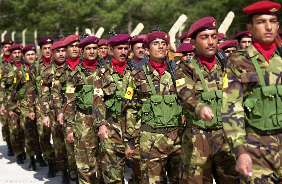 Törökország azonban a júliusi suruci merénylet ürügyén felmondta a helyi kurdokkal 15 éve kötött fegyverszünetet – pedig a véres robbantást pont kurok ellen intézte az Iszlám Állam. A NATO második legnagyobb haderejével rendelkező ország elkezdte bombáznia a hazai és iraki kurd bázisokat, súlyosan hátráltatva az IS elleni küzdelmet. Erdogan valódi célja a kurdok további megerősödésének megakadályozása és saját népszerűségének növelése volt. Novemberben azonban – ezúttal iraki kiindulóponttal – újabb kurd offenzíva indult meg, melyet már nem csak a levegőből, hanem a földről is amerikai katonák támogattak. Ez is jelezte a szemléletváltást: a Nyugat ma már a kurdokat tartja a legmegbízhatóbb szövetségesének az Iszlám Állam elleni harcban. Ha valóban győzelemhez segítik a szövetségeseket, létrejöhet a szíriai és iraki kurd területekből egy Fél-Kurdisztán, ami azonban már létezésével is sérteni fogja a másik két kurd régiót uraló Irán és Törökország érdekeit. Még le sem zárult a szír polgárháború, de máris új kon