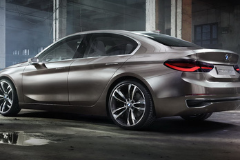 Kis négyajtóst mutat a BMW