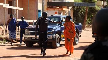 Bamako: keresik a szállodában megbújt terroristákat