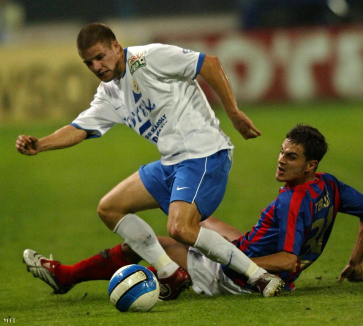 Bonifert Péter és Terjék Lajos küzdelme a labdáért a labdarúgó Borsodi Liga 11. fordulójában az MTK Budapest-FC Fehérvár mérkőzésen,2006. október 27-én.