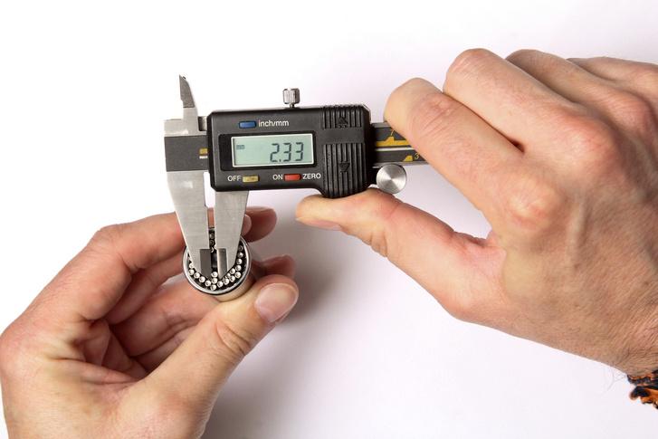 A kis rugóval nyomott 54 tüske egyenként kb. 2,3 mm vastag