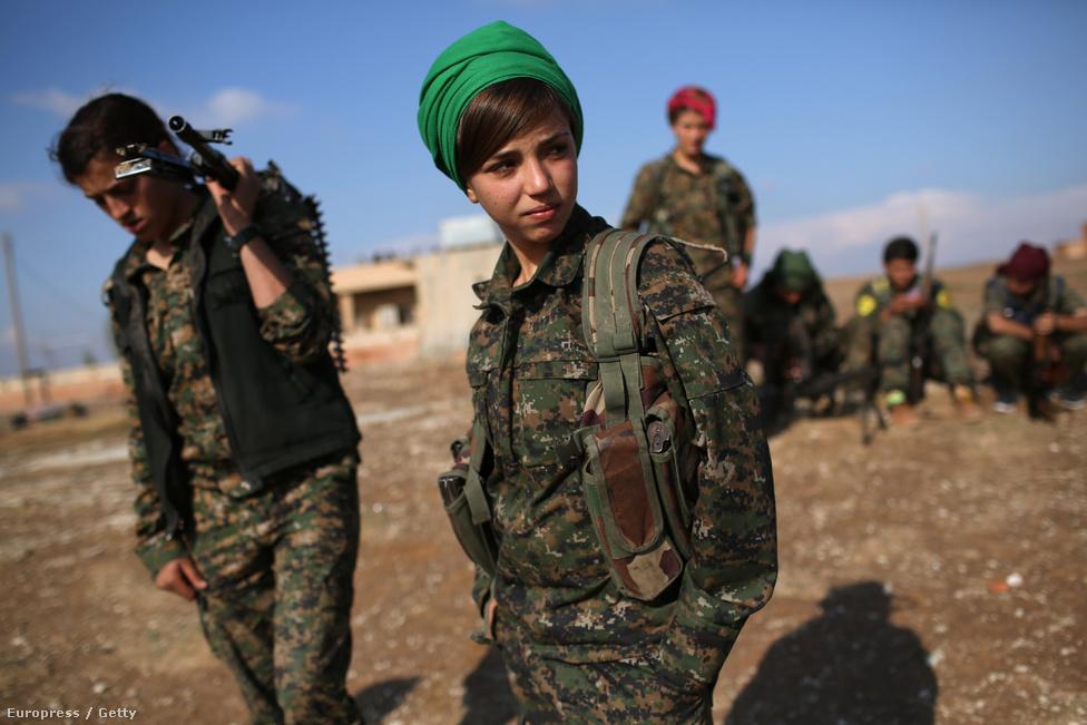 A kurdok sok szempontból kilógnak a közel-keleti sztereotípiák közül: talán a legszembetűnőbb a mindenre kiterjedő női egyenjogúság. Ez az egyenjogúság az 1978-ban Törökországban alapított Kurd Munkapárt marxista ideológiájának köszönhető. És bár a párt legendás alapítója, Abdullah Öcalan már tizenöt éve börtönben ül, ideológiai és politikai hatása – az iráni kurdokat kivéve - töretlen. Becslések szerint a szíriai kurdok harcosainak 30 százaléka nők (ami óriási világrekord); és bár nem vagyunk vérszomjasak, azért kit nem tölt el elégtétellel az, ha öntudatos nők szégyenítik meg az undorító, szexrabszolgákat tartó Iszlám Államot?