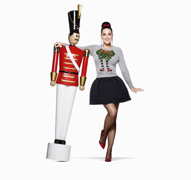 A svéd H&M a világ egyik legjobban fizetett popsztárjával, Katy Perryvel próbál túladni a karácsonyi kollekcióján.
