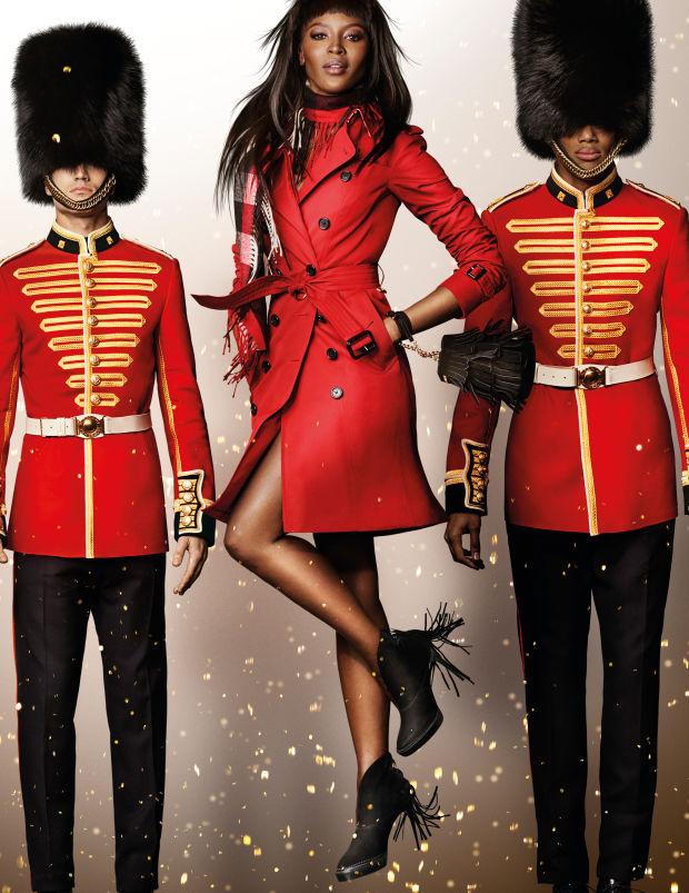 A Burberry ünnepi kampányképe kicsit a H&M Katy Perry-s kampányára emlékeztet minket. A brit luxusmárka egyébként Naomi Campbellel reklámoz a szezonban.