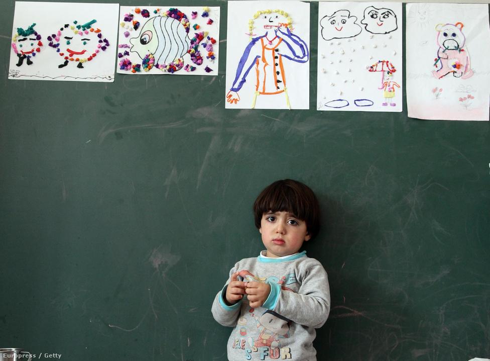 Nem csak a hagyományok életben tartására figyelnek a háborúk sújtotta területen. A kurdok számára fontos az oktatás, hogy megfelelő tudású szakemberek kerüljenek ki az életbe. Ahogy az élet szinte minden területén, itt is érvényes a nők egyenjogúsága, akik ugyanúgy járhatnak iskolában, mint fiú társaik.