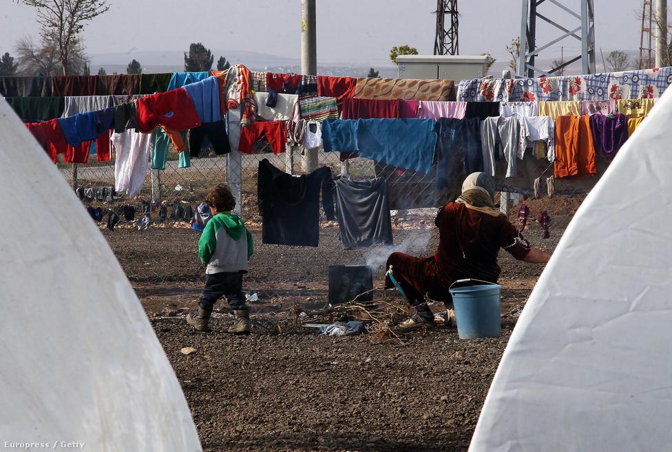 A kurd menekültek legnagyobb hulláma, 400 ezer ember a szíriai polgárháború során hagyta el az országot. A legtöbben Törökországba mentek, hogy ott bekkeljék ki a nehéz időket.