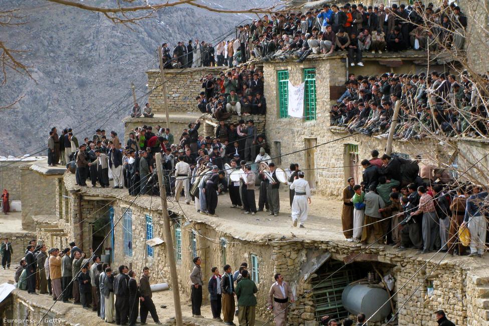 A különböző kurd frakciók és milíciák ellentéteit az Iszlám Állam fenyegetése simította el. Amikor a lendületben lévő Kalifátus harcosai 2014 szeptemberében Kobanihoz értek, úgy tűnt, bekövetkeztek a szíriai Rojava végórái. Az IS mudzsahidjei 400 falut özönlöttek el, és – a török kormány kétkulacsos politikájának köszönhetően – még a török határ felől is megrohamozták a várost. A civil lakosságból sokan ezért inkább vállalták a hosszabb és kockázatosabb utat Irak felé, minthogy a török hatóságoknak szolgáltassák ki magukat.