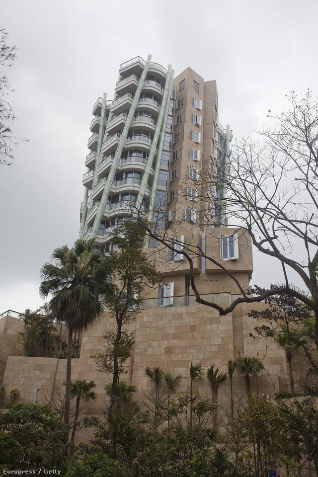 Ennek az épületnek a legtetején lehet lakni ennyi pénzért.