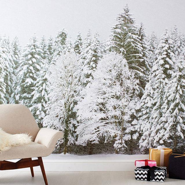 Havas zöld fenyőket nyomott fali szövetére a Not On  The High Street, akik garantálják, hogy ezek a hatékony falidíszek nem ejtenek tű leveleket és a színük sem fakul ki a következő karácsonyig. A lepelnek meg is kérik az árát,mérettől és mintától függően 43-75 fontot (19.009-33.152 forint) kérnek egy ilyen darabért a márkánál.