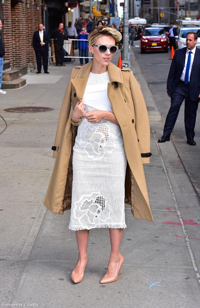 """Nemcsak Kim Kardashian, Scarlett Johansson is jól tudja, hogy milyen előnyei vannak a """"nude"""" színű körömcipőnek és a ruha hosszával megegyező kabátnak."""