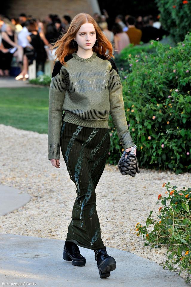 Jól mutattak a zöld Louis Vuitton ruhák a vörös hajú modellen.
