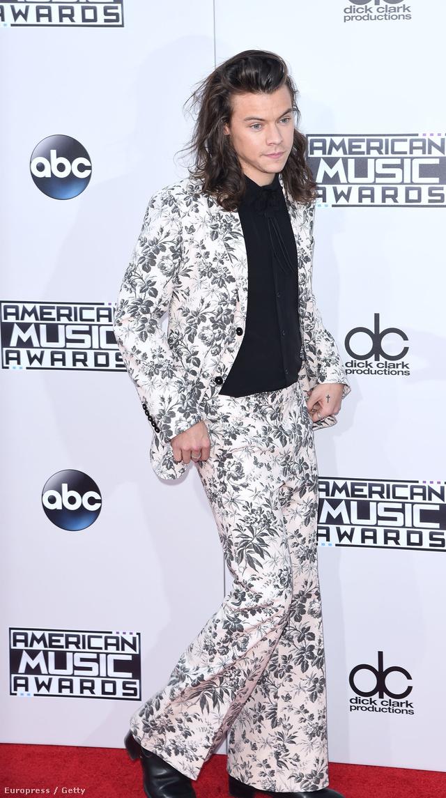 Kamuhippinek öltözött énekes Los Angelesben.