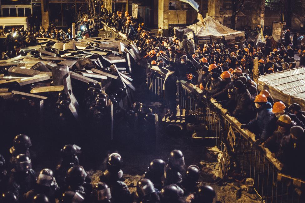 Az első nagy hiba, amit a rendőrség elkövetett a Majdanon. A napok óta nyugvópont felé közeledő, megfáradó tüntetéssorozatot a hatalom rövidre akarta zárni, így rendőrökkel akarták kiszorítani a még ott lévő tüntetőket december 10-én. A rosszul sikerült akcióval azonban csak azt érték el, hogy a tüntetés új lendületet kapott, amely száz áldozat után meg sem állt Janukovics elüldözéséig.