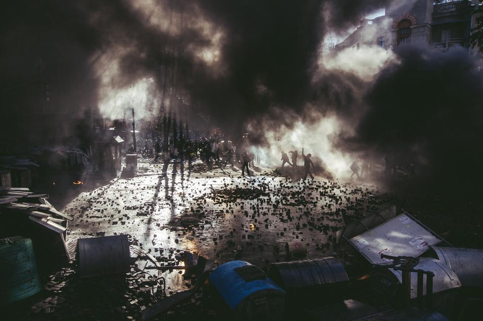 Összecsapások a parlament közelében. A zavargások központja még mindig Kijev, de már a kormánypárti tüntetők gyülekeznek Kelet-Ukrajnában. Az előző tíz év parlamenti ávlasztási eredményei folyamatosan az orzág kettéosztottságát mutatták: oroszajkú, Moszkvával közelebbi viszonyt akaró kelet, ukrán nyelvű, EU-párti, ám ezzel együtt sokszor erősen nacionalista nyugat, Kijevvel együtt.