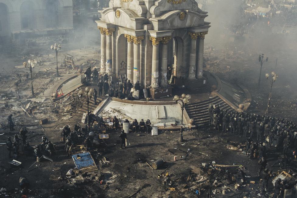 Két összecsapás között pihennek a rohamrendőrök a Majdan Nezalezsnosztin, a Függetlenség téren, amit Kijevben röviden csak Majdannak hívnak. A teret jelentő szó perzsa, eredetű, onnan került az arabba, a török nyelvekbe, így a tatáron keresztül az ukránba.