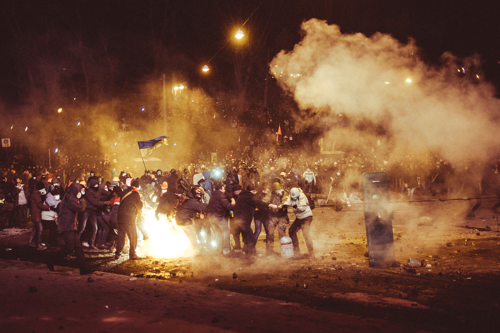 A rendőrség többszöri nekifutásra sem tudta megszerezni a Majdant, ha néhol teret nyert is, a tüntetők újult erővel nyomultak vissza.