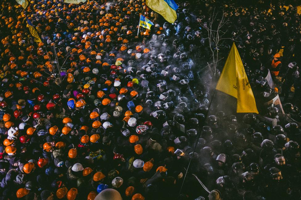 Másnap már újra nagyobb és szervezettebb tömeg feszült a rendőrségnek, de a halottakkal járó összecsapásokat még sikerült elkerülni.                         A januári-februári áldozatok közül sokakat orvlövészek lőttek le, máig nem tisztázott, ki rendelte ki őket a háztetőkre a Majdan körül. A hivatalos verzió Janukovicsot említi, de egy időre nyugati politikusokban is felmerül az ellenzék szélsőséges erőinek provokációjával kapcsolatos gondolat.