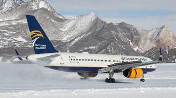 Utasszállító szállt le az Antarktisz jegén