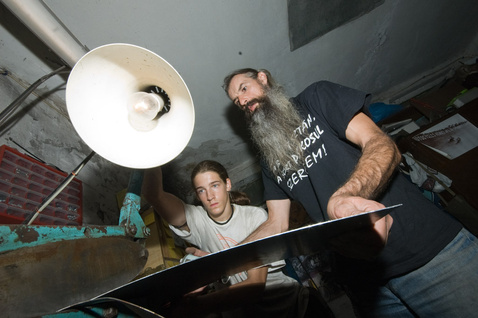 Apa és fia: lemezt vágnak az akkumulátor tartójához