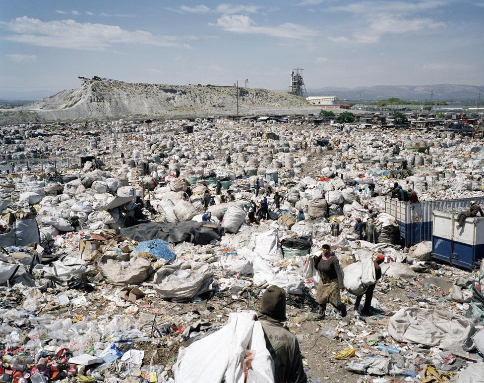 Becslések szerint Dél-Afrikában 1,6 millió ember él bányahulladék tőszomszédságában vagy egyenesen rajta.