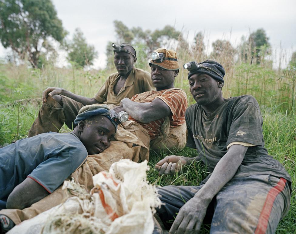 Ők mind a négyen illegális aranyásók, eredetileg Zimbabwéből származnak. A fotó előtt egész éjjel dolgoztak egy használaton kívüli aranybányában. A helyi közösség bátornak, egyenesen hősnek tartja őket. Örökös veszélyben élnek ők is: ahogy a prostituáltak, állandó célpontjai ők is a bűnözőknek, megverik őket, elrabolják tőlük a pénzüket, a bányászfelszerlésüket, még a ruhájukat is.
