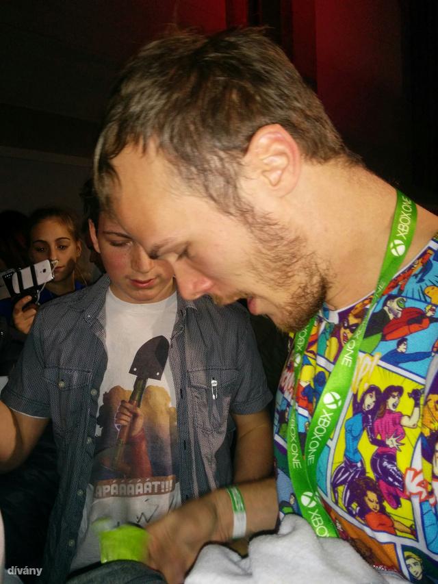 Igen ő Szirmai Gergely, akinek menő a pólója és Magyarország egyik legmenőbb videóbloggere.