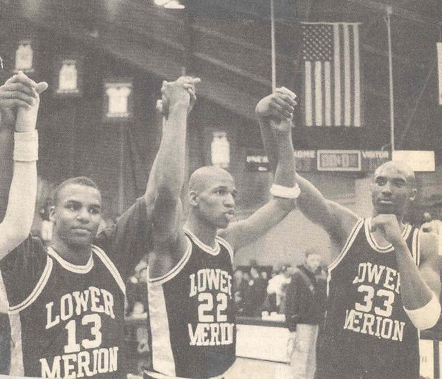 Kobe Bryant középiskolásként a kép jobb oldalán