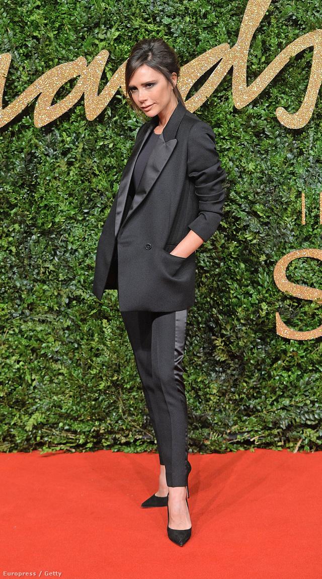 Victoria Beckham a British Fashion Awardsra érkezett úgy, mint egy dolgozó nő.