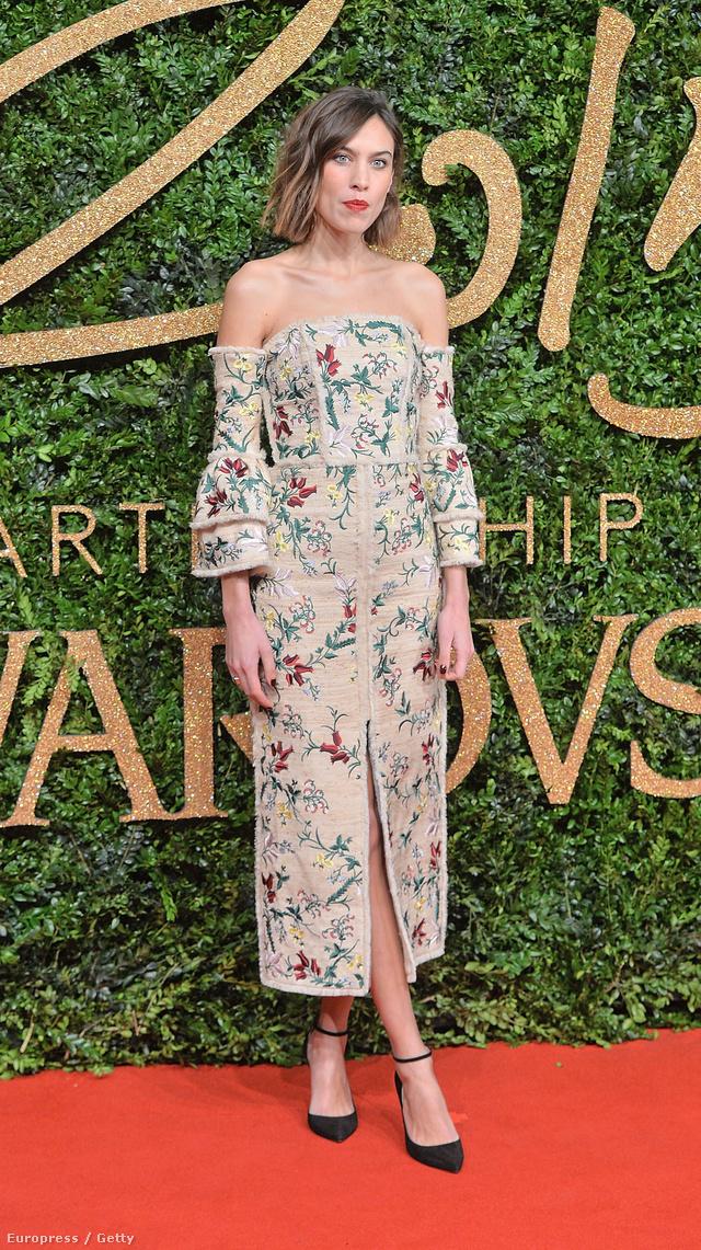 Menőnek számítanak az ejtett vállú, virágmintás ruhák az őszi-téli szezonban. Alexa Chung a British Fashion Awardsra érkezett egy ilyen Gucci ruhában.
