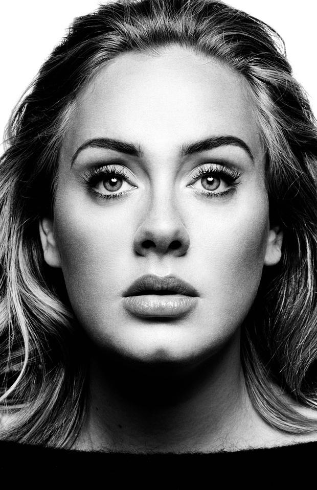 Adele natúr sminkje váltotta a füstös szemeket a szezonban.