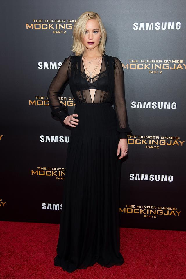 Jennifer Lawrence pedig az új filmjét promotálta egy köldökig kivágott Schiaparelli estélyiben.