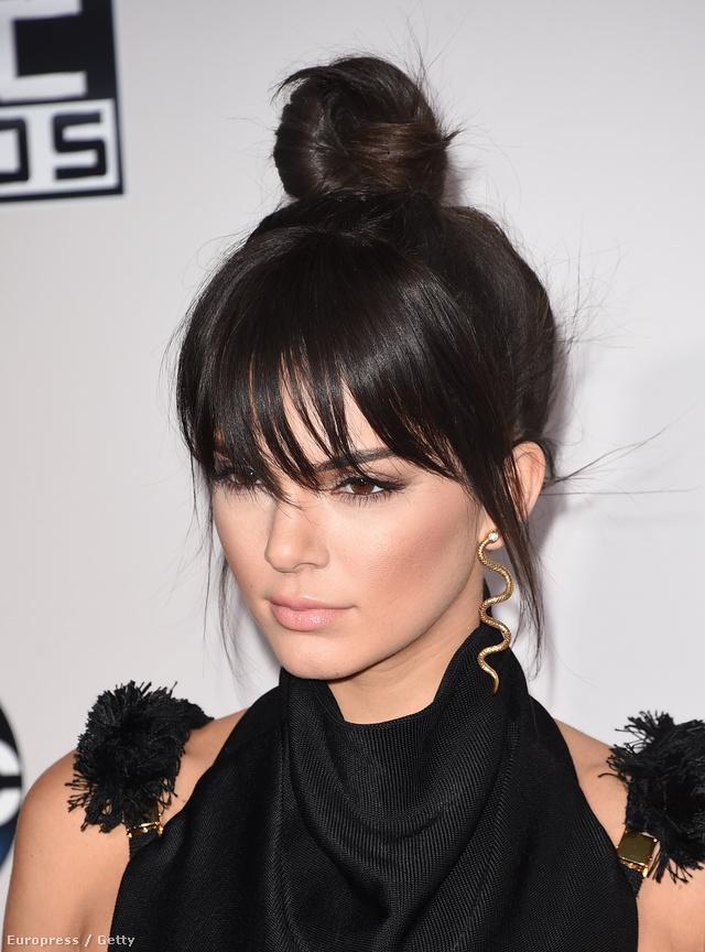 Kendall Jenner lazának ható kontya a kaliforniai American Music Awardson.