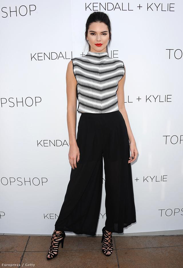 Az idei év egyik nagy slágere volt a bokaverdeső bő nadrág, így természetesen Jenner is beszerezte a fazont a szezonban. Ebben a szettben egyébként a Kylie Jennerrel való közös Topshop vonalát népszerűsítette.